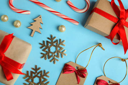 Flat lay composition with Christmas decor on blue background Stockfoto