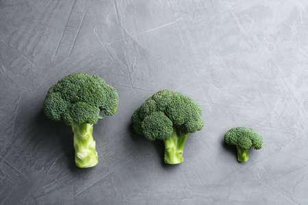 Fresh broccoli florets on grey table, flat lay 版權商用圖片