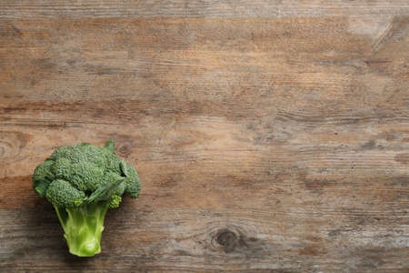 Fresh raw broccoli on wooden table, top view with space for text Imagens