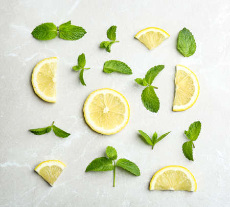 Fresh mint with sliced lemon on grey marble background, flat lay 스톡 콘텐츠