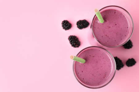 Delicious blackberry smoothie on pink background, flat lay. Space for text 스톡 콘텐츠