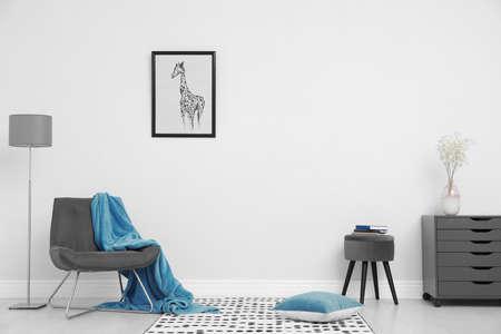 Interior de la habitación con muebles elegantes junto a la pared blanca