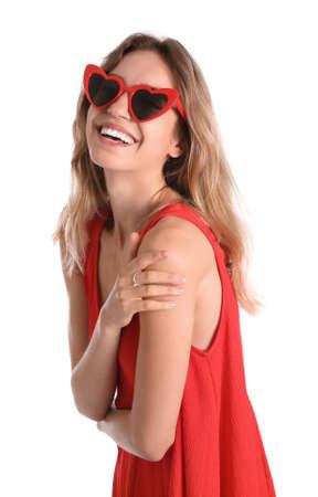 Jonge mooie vrouw met een hartvormige bril op een witte achtergrond