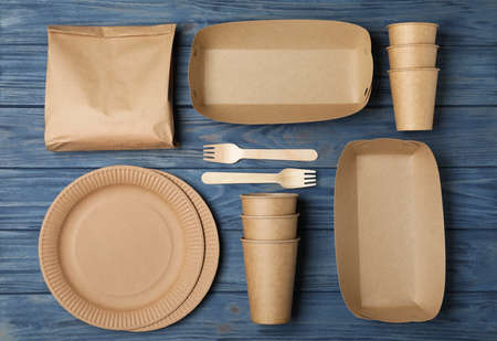 Flat lay composition with new paper dishware on blue wooden background. Eco life Stockfoto