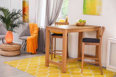 Interno moderno della sala da pranzo con tavolo e sedie in legno Archivio Fotografico