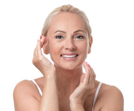 Ritratto di bella donna matura con una pelle perfetta su sfondo bianco