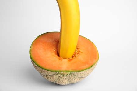 Verse banaan en meloen op witte achtergrond. Seks concept Stockfoto