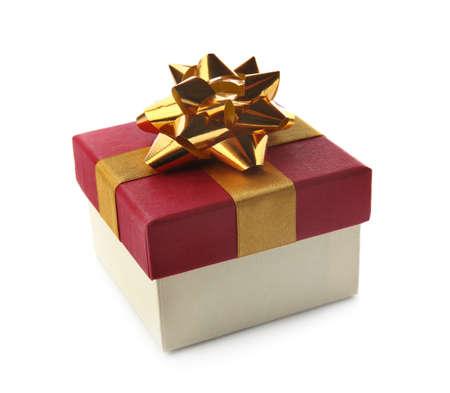 Bella confezione regalo con fiocco su sfondo bianco