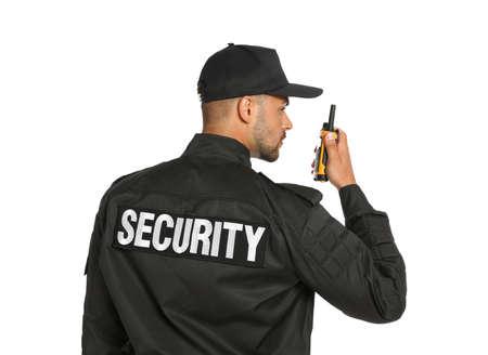 Guardia de seguridad masculino en uniforme con transmisor de radio portátil sobre fondo blanco. Foto de archivo