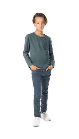 Portret van schattige kleine jongen in casual outfit op witte achtergrond