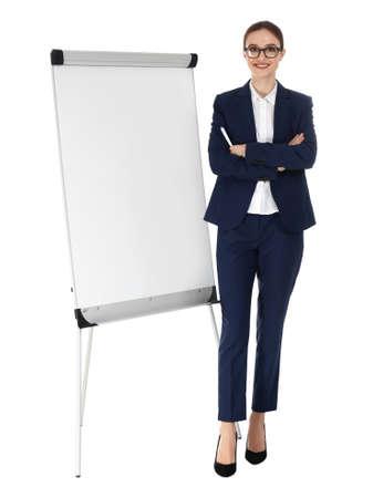 Istruttore professionale di affari vicino al bordo della lavagna a fogli mobili su fondo bianco. Spazio per il testo Archivio Fotografico