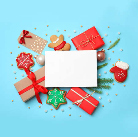 Flat lay composition with Christmas decor on blue background Imagens - 128832117