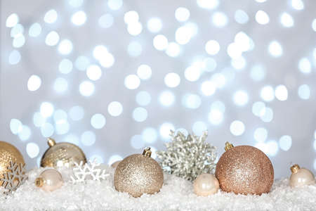 Christmas decoration on snow against blurred background Imagens - 128833162