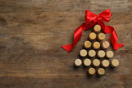 Christmas tree made of corks on wooden background, top view. Space for text Imagens - 128832806