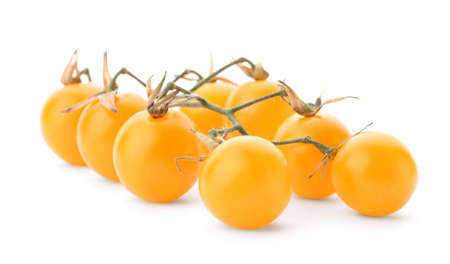 Rama de tomates cherry maduros amarillos sobre fondo blanco.
