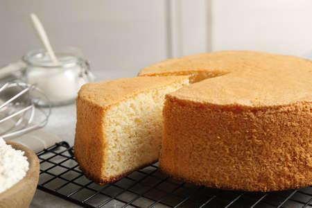 Deliziosa torta fresca fatta in casa sul tavolo grigio