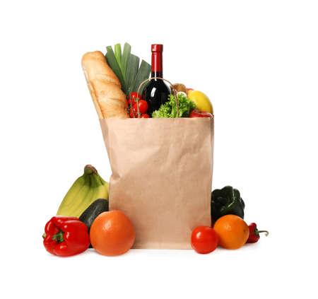 Sacchetto di carta con generi alimentari su sfondo bianco Archivio Fotografico