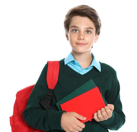 Fröhlicher Junge in Schuluniform auf weißem Hintergrund