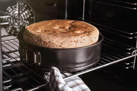 Persona que toma una deliciosa tarta casera fresca del horno, primer plano