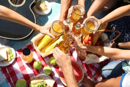 Jongeren genieten van picknick in het park op zomerdag, bovenaanzicht