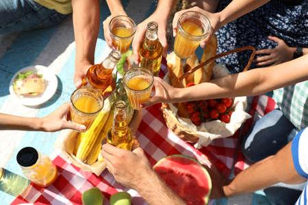 Giovani che si godono un picnic nel parco il giorno d'estate, vista dall'alto