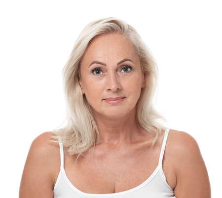 Portret van mooie rijpe vrouw met perfecte huid op witte achtergrond Stockfoto