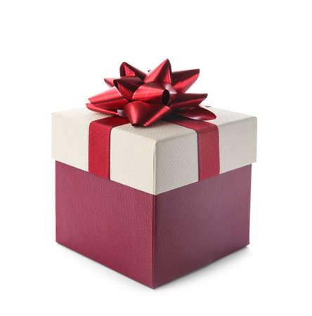 Hermosa caja de regalo con lazo sobre fondo blanco.