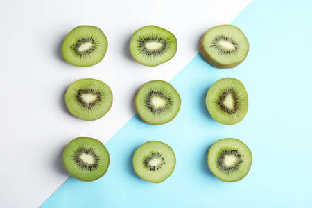 Top view of sliced fresh kiwis on color background Stock fotó