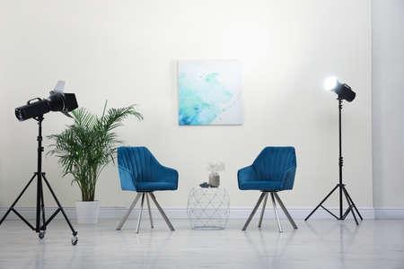 Equipo de estudio fotográfico profesional preparado para fotografiar el interior de la sala de estar Foto de archivo