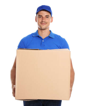 Felice giovane corriere con scatola di cartone su sfondo bianco Archivio Fotografico