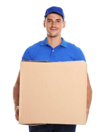 Mensajero joven feliz con caja de cartón sobre fondo blanco. Foto de archivo