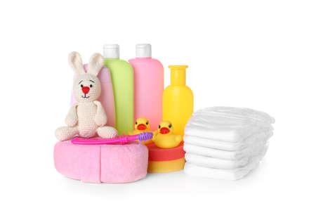Conjunto de accesorios para bebés sobre fondo blanco.