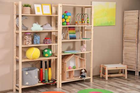 Aufbewahrung für Spielzeug im bunten Kinderzimmer. Idee für Innenarchitektur