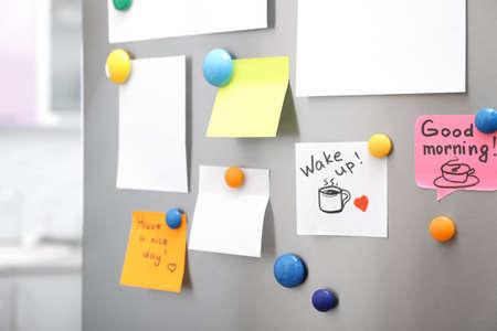 De nombreuses notes et feuilles vides avec des aimants sur la porte du réfrigérateur dans la cuisine. Espace pour le texte Banque d'images