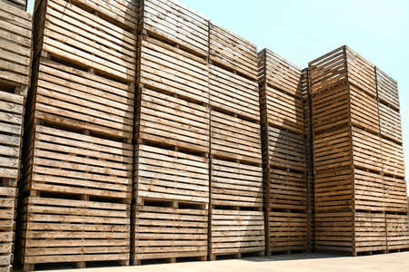 Pile of empty wooden crates outdoors on sunny day Foto de archivo - 129525136