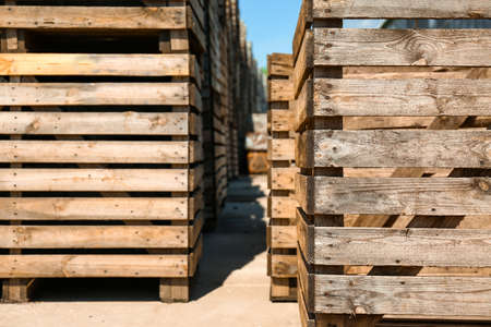 Old empty wooden crates outdoors on sunny day Foto de archivo - 129526528