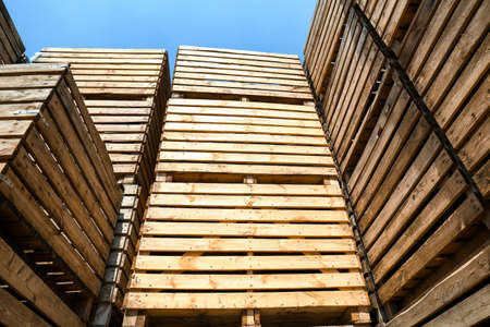 Pile of empty wooden crates outdoors on sunny day Foto de archivo - 129527842