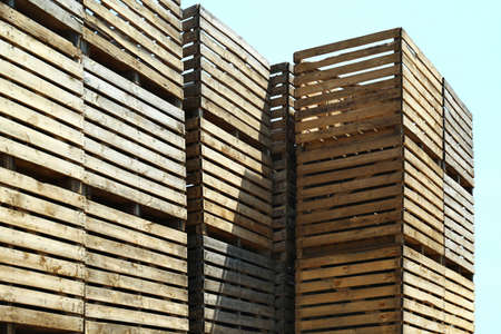 Pile of empty wooden crates outdoors on sunny day Foto de archivo - 129527843