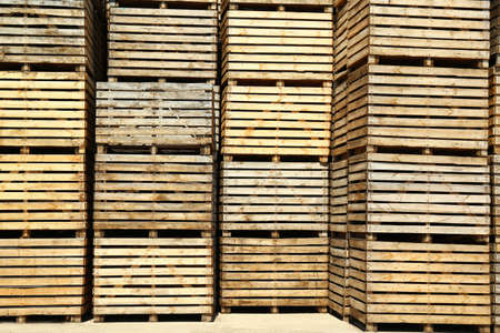 Pile of empty wooden crates outdoors on sunny day Foto de archivo - 129527942