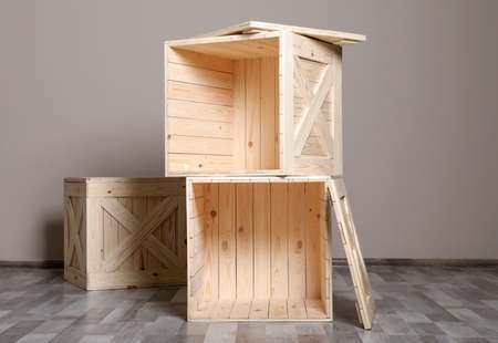 Wooden crates on floor at beige wall. Space for text Foto de archivo - 129526422