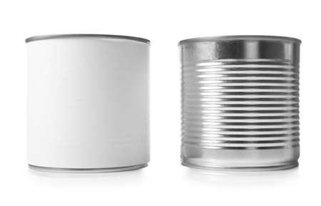 Boîtes de conserve fermées isolées sur blanc, maquette pour la conception
