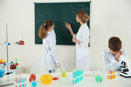 Teacher with pupils at chemistry lesson in classroom Stockfoto