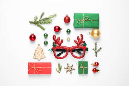 Composición laicos plana con artículos navideños sobre fondo blanco. Foto de archivo