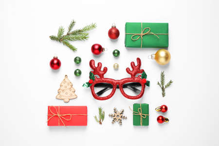 Flache Laienzusammensetzung mit Weihnachtsartikeln auf weißem Hintergrund Standard-Bild