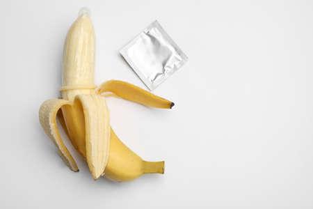 白い背景にコンドーム、トップビューとバナナ。金庫 写真素材