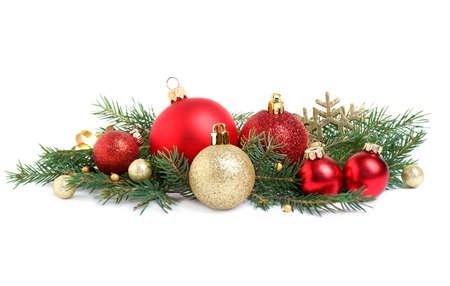 Kerstboomtakken en feestelijke decoratie op witte achtergrond Stockfoto