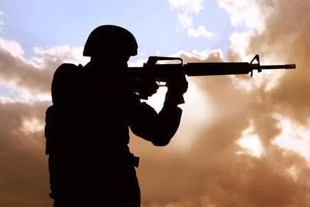 Soldato con mitragliatrice che pattuglia all'aperto. Servizio militare Archivio Fotografico