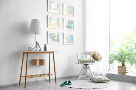 Interior de la habitación elegante con muebles de moda y cuadros en la pared Foto de archivo