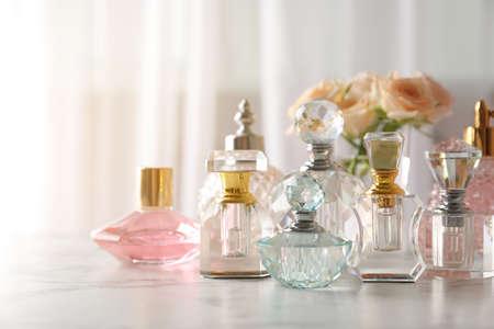 Viele verschiedene Parfümflaschen auf Schminktisch, Platz für Text