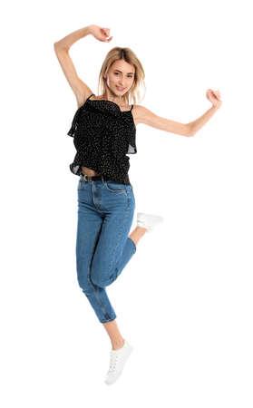 Bella giovane donna che salta su sfondo bianco